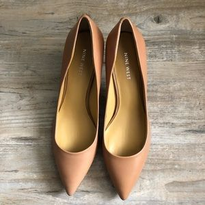Nine West nude pointed toe pumps size 8 heels